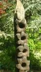 Flores talhadas em um tronco seco de árvore